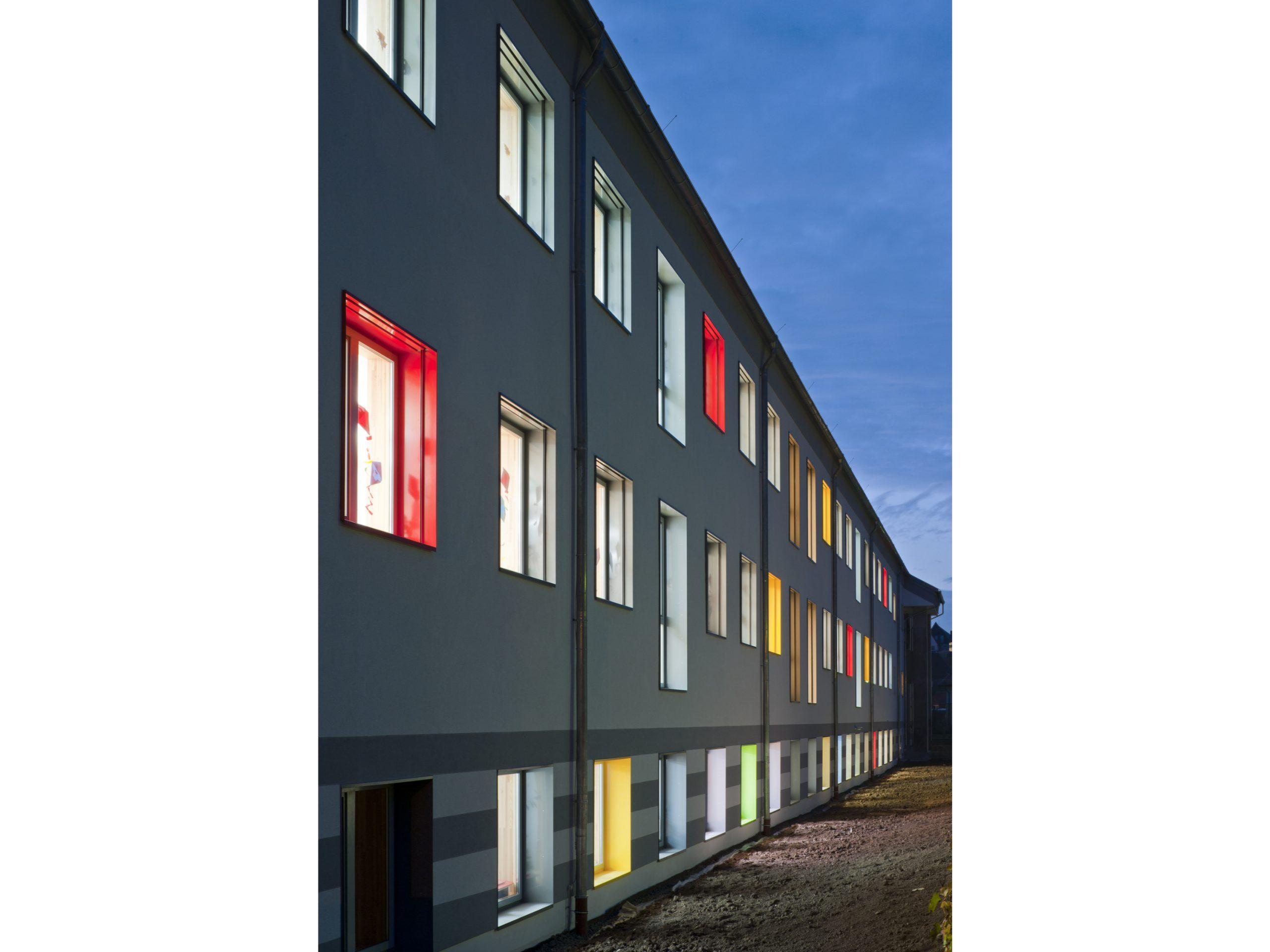 Fassade Farbspiel Keller Umnutzung
